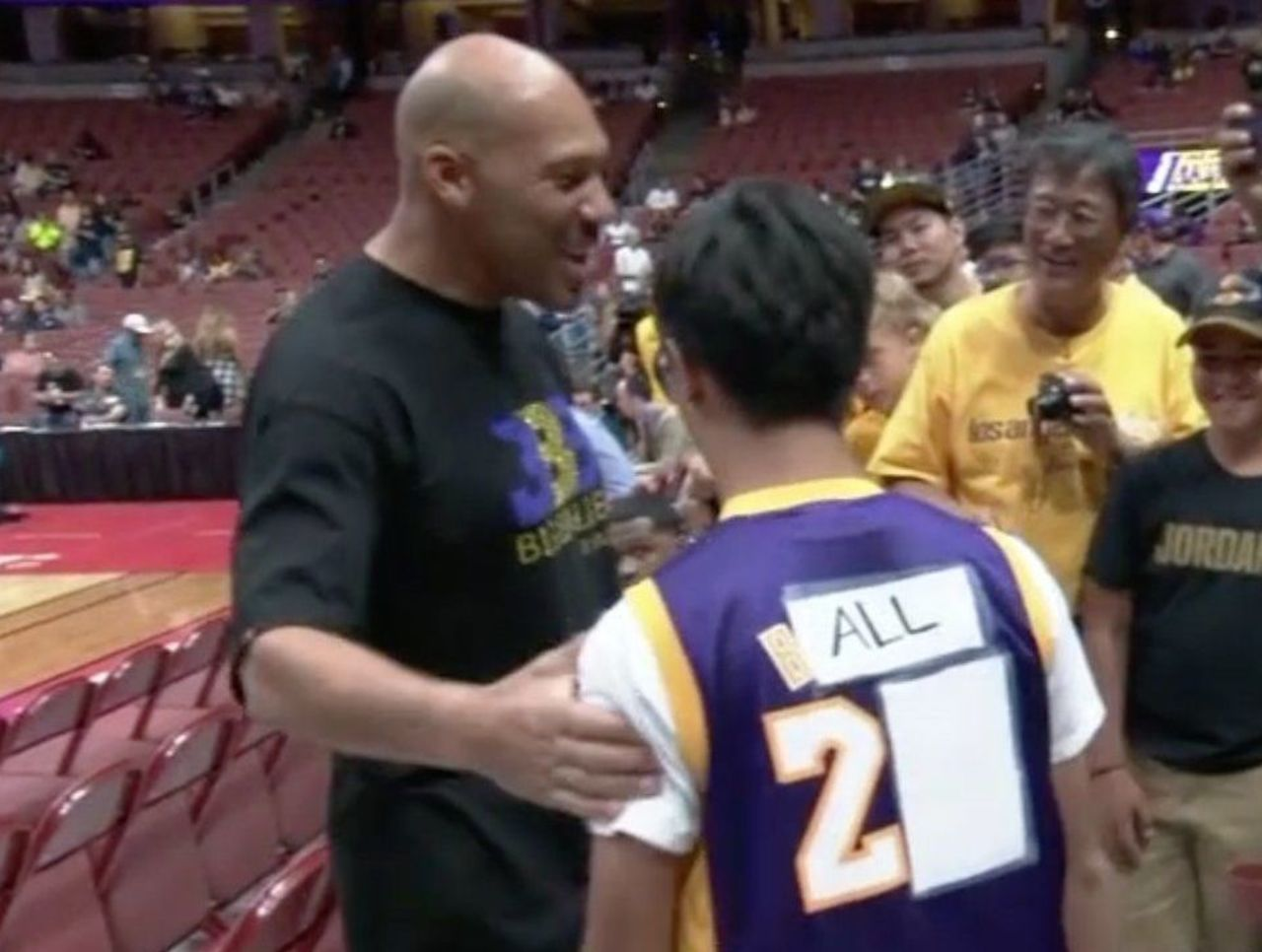 brand new 66462 46748 Look: Lakers fan covers up Bryant jersey to rep Lonzo Ball ...