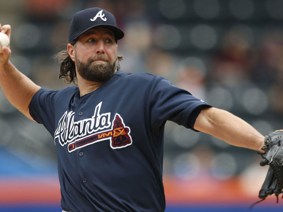 Report: Dickey wants to pitch in 2018, has multiple offers