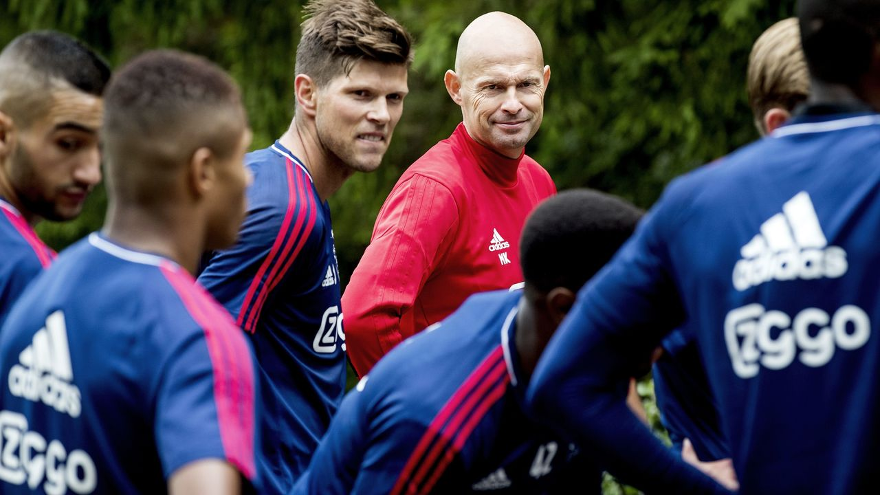 Ajax Amsterdam football coach Marcel Keizer (C) looks towards his players during the first training session of the season at the Amsterdamse Bos in Amsterdam on June 30, 2017. / AFP PHOTO / ANP / Koen van Weel / Netherlands OUT