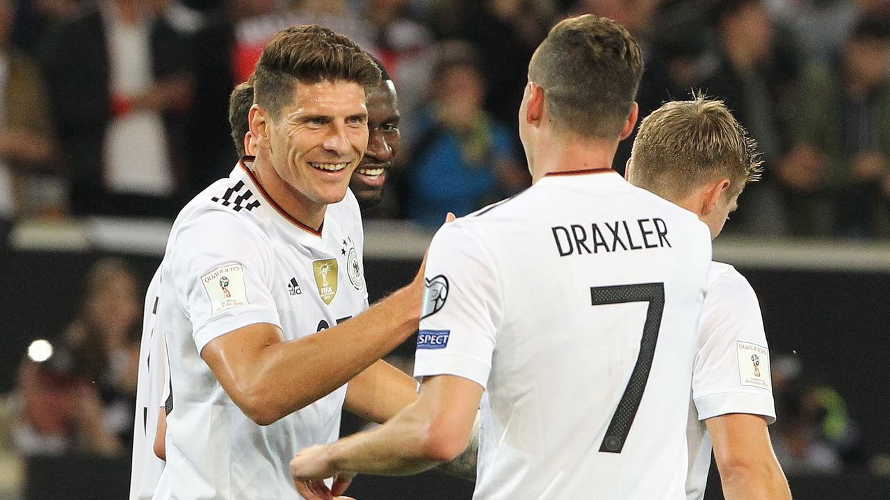Germany's forward Mario Gomez (L) celebrates scoring his side's sixth goal during the FIFA World Cup 2018 qualification match between Germany and Norway in the south German city of Stuttgart on September 4, 2017. / AFP PHOTO / Daniel ROLAND