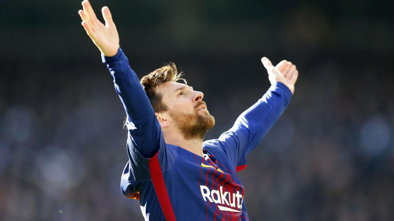 MADRID, SPAIN - DECEMBER 23: Lionel Messi of Barcelona celebrates after scoring his team's second goal during the La Liga match between Real Madrid and Barcelona at Estadio Santiago Bernabeu on December 23, 2017 in Madrid, Spain.