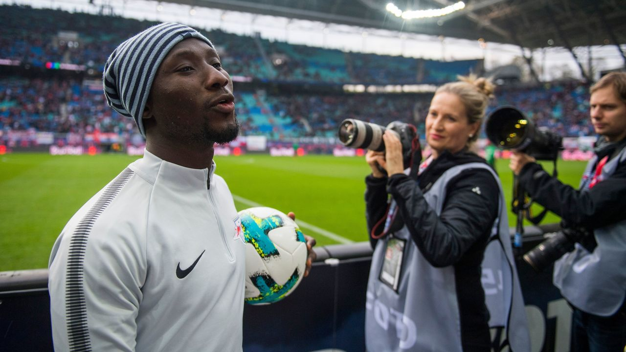 Leipzig´s Guinean midfielder Naby Deco Keita leaves the field after the warm up prior to the German first division Bundesliga football match between RB Leipzig and Hannover 96 in Leipzig, eastern Germany on November 3, 2017. / AFP PHOTO / ROBERT MICHAEL / RESTRICTIONS: DURING MATCH TIME: DFL RULES TO LIMIT THE ONLINE USAGE TO 15 PICTURES PER MATCH AND FORBID IMAGE SEQUENCES TO SIMULATE VIDEO. == RESTRICTED TO EDITORIAL USE == FOR FURTHER QUERIES PLEASE CONTACT DFL DIRECTLY AT + 49 69 650050