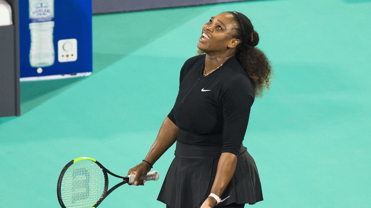 Serena Williams of the US reacts after losing a point to Jelena Ostapenko of Latvia during the Mubadala World Tennis Championship 2017 match in Abu Dhabi, on December 30, 2017. / AFP PHOTO / NEZAR BALOUT