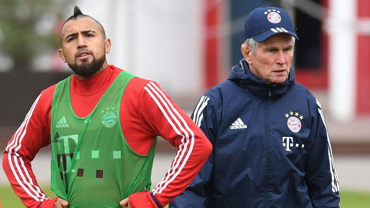 Bayern Munich's new headcoach Jupp Heynckes (R) walks beside of Bayern Munich's Chilian midfielder Arturo Vidal (L) during a team training at the club area in Munich, southern Germany, on October 9, 2017. Jupp Heynckes succeeds Bayern Munich's Italian headcoach Carlo Ancelotti. / AFP PHOTO / Christof STACHE