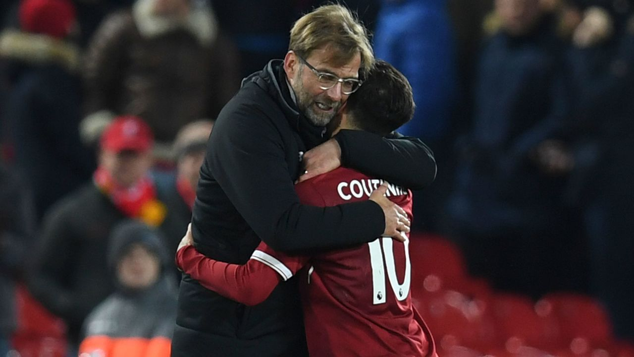 Liverpool's German manager Jurgen Klopp (L) hugs Liverpool's Brazilian midfielder Philippe Coutinho (R) applauds after the final whistle during the English Premier League football match between Liverpool and Swansea City at Anfield in Liverpool, north west England on December 26, 2017. / AFP PHOTO / Paul ELLIS /