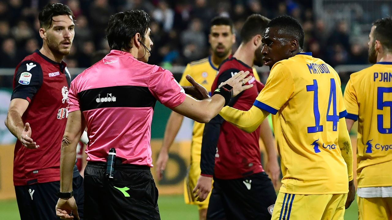Juventus' French midfielder Blaise Matuidi (R) talks with Italian referee Gianpaolo Calvarese during the Italian Serie A football match between Cagliari Calcio and Juventus at the Sardegna Arena stadium in Cagliari, on the Mediterranean island of Sardinia, on January 6, 2018. Matuidi has hit out after he suffered racist abuse during the Serie A game on January 6 against Cagliari in Sardinia and was ignored when he asked the referee to intervene. / AFP PHOTO / MIGUEL MEDINA