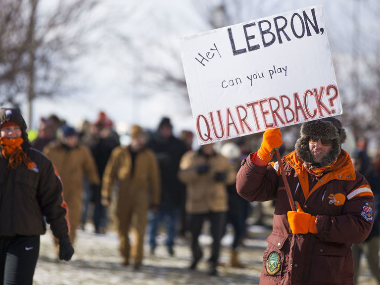 LeBron blames Browns for fans' 0-16 parade: 'You've got to try to fix