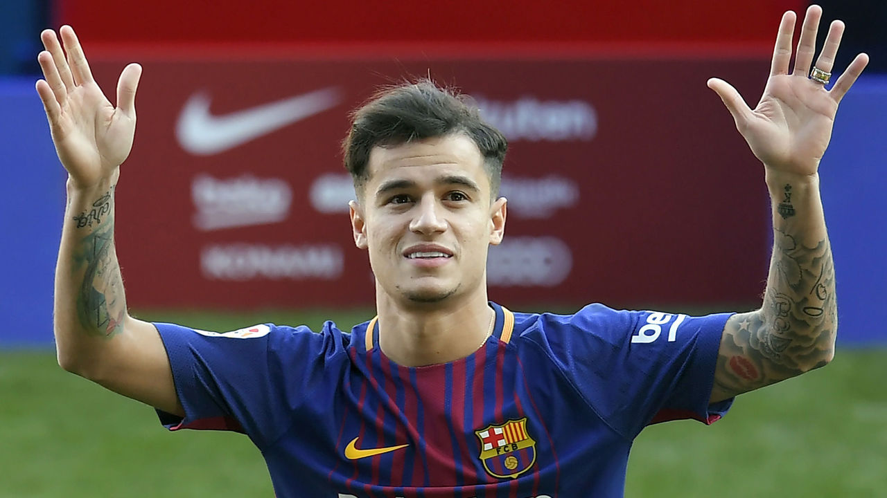 Barcelona's new Brazilian midfielder Philippe Coutinho poses with his new jersey during his official presentation in Barcelona on January 8, 2018. Philippe Coutinho officially joined Barcelona today, completing a move from Liverpool thought to be worth 160 million euros ($192 million), making it the third richest transfer in history. / AFP PHOTO / LLUIS GENE