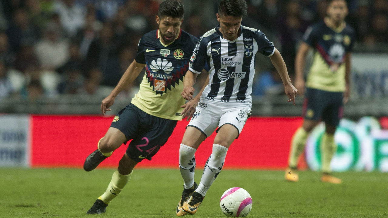Jonathan Gonzalez (R) of Monterrey is marked by Argentine Oribe Peralta (L) of America during their Mexican Apertura football tournament match at the BBVA Bancomer stadium in Monterrey, Mexico, on October 28, 2017. / AFP PHOTO / Julio Cesar AGUILAR