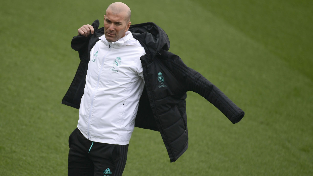 Real Madrid's French coach Zinedine Zidane attends a training session at Valdebebas Sport City in Madrid on January 9, 2018. / AFP PHOTO / PIERRE-PHILIPPE MARCOU