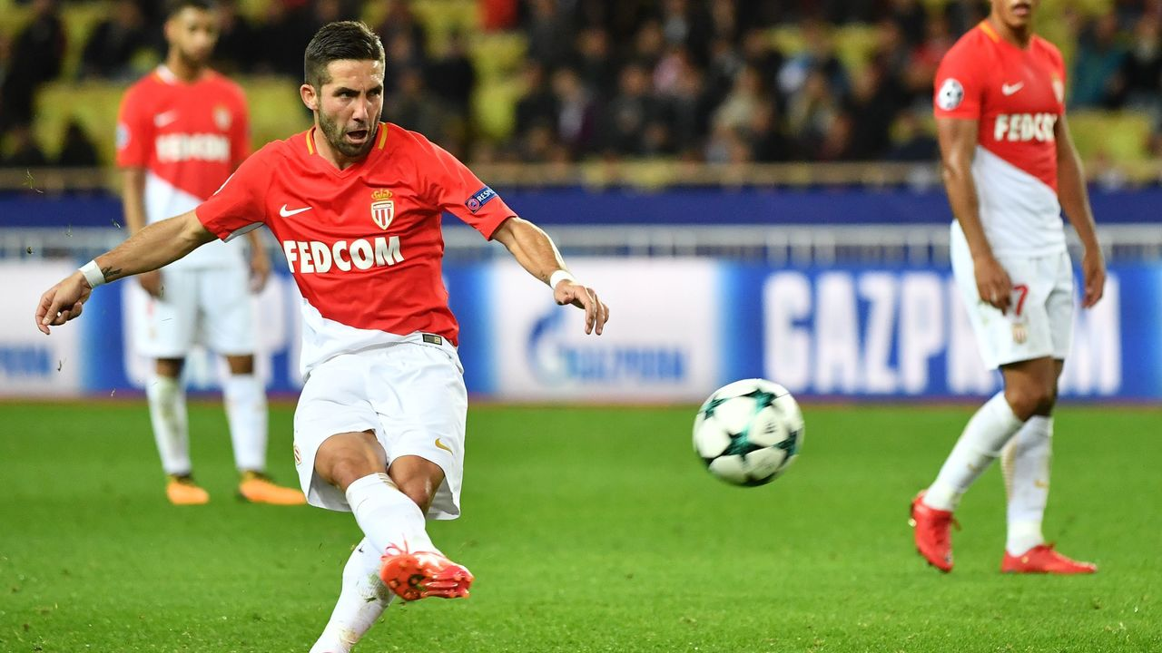 Monaco's Portuguese midfielder Joao Moutinho shoots a penalty kick during the UEFA Champions League group G football match between Monaco and Leipzig at the Louis II stadium, in Monaco, on November 21, 2017. / AFP PHOTO / Bertrand LANGLOIS