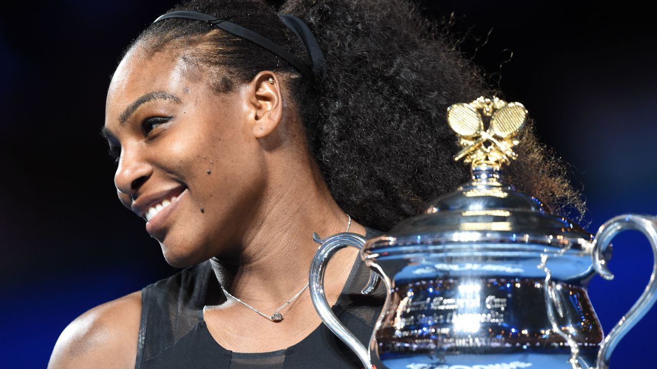 Serena Williams of the US holds up the trophy following her victory over Venus Williams of the US in the women's singles final on day 13 of the Australian Open tennis tournament in Melbourne on January 28, 2017. / AFP / PAUL CROCK / IMAGE RESTRICTED TO EDITORIAL USE - STRICTLY NO COMMERCIAL USE