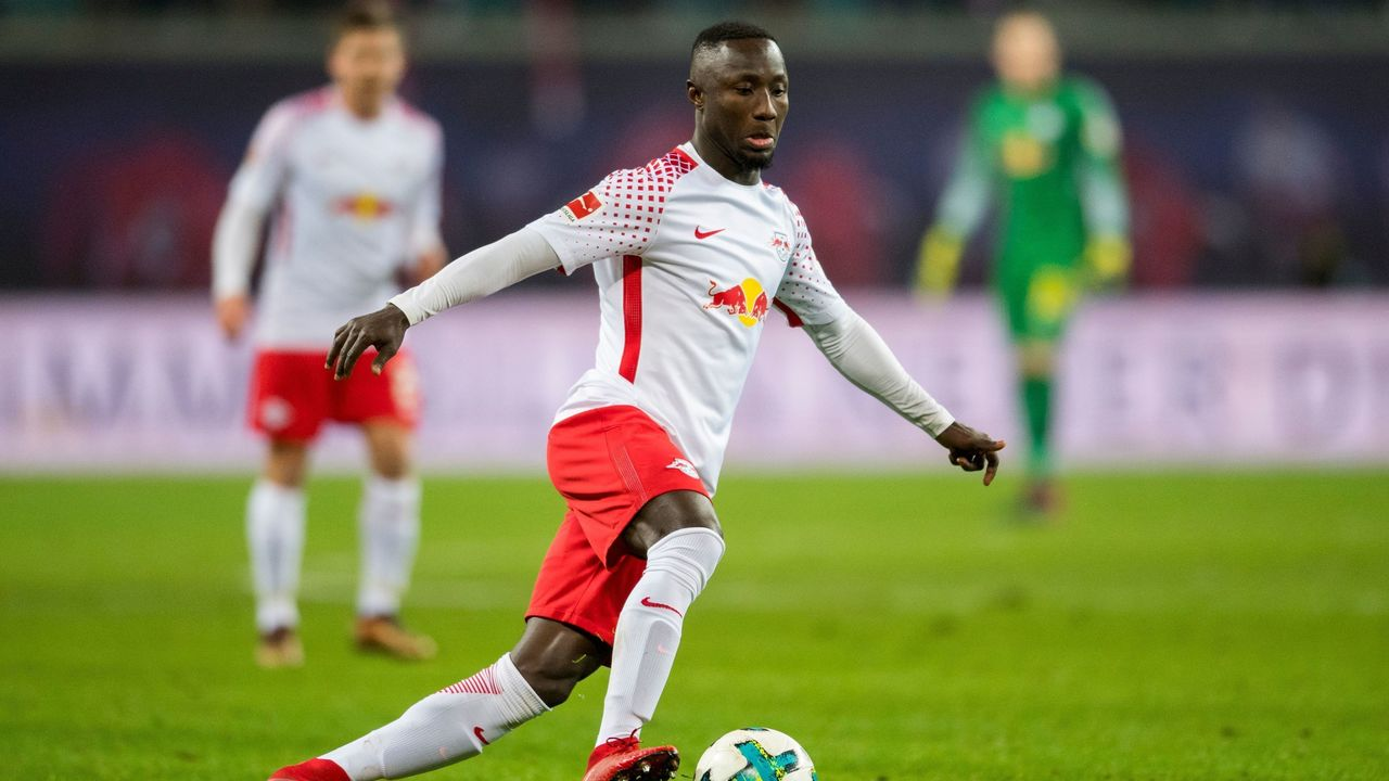 Leipzig's Guinean midfielder Naby Keita plays the ball during the German first division Bundesliga football match between RB Leipzig and Hertha BSC Berlin in Leipzig, eastern Germany on December 17, 2017. / AFP PHOTO / ROBERT MICHAEL / RESTRICTIONS: DURING MATCH TIME: DFL RULES TO LIMIT THE ONLINE USAGE TO 15 PICTURES PER MATCH AND FORBID IMAGE SEQUENCES TO SIMULATE VIDEO. == RESTRICTED TO EDITORIAL USE == FOR FURTHER QUERIES PLEASE CONTACT DFL DIRECTLY AT + 49 69 650050