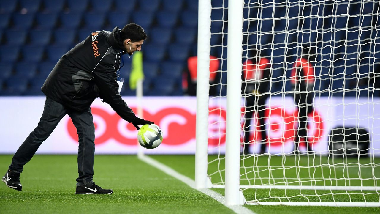 A man from the German company GoalControl checks the operation of the goal-line technology before the French L1 football match between Paris Saint-Germain and Caen at the Parc des Princes stadium in Paris on December 20, 2017. / AFP PHOTO / FRANCK FIFE
