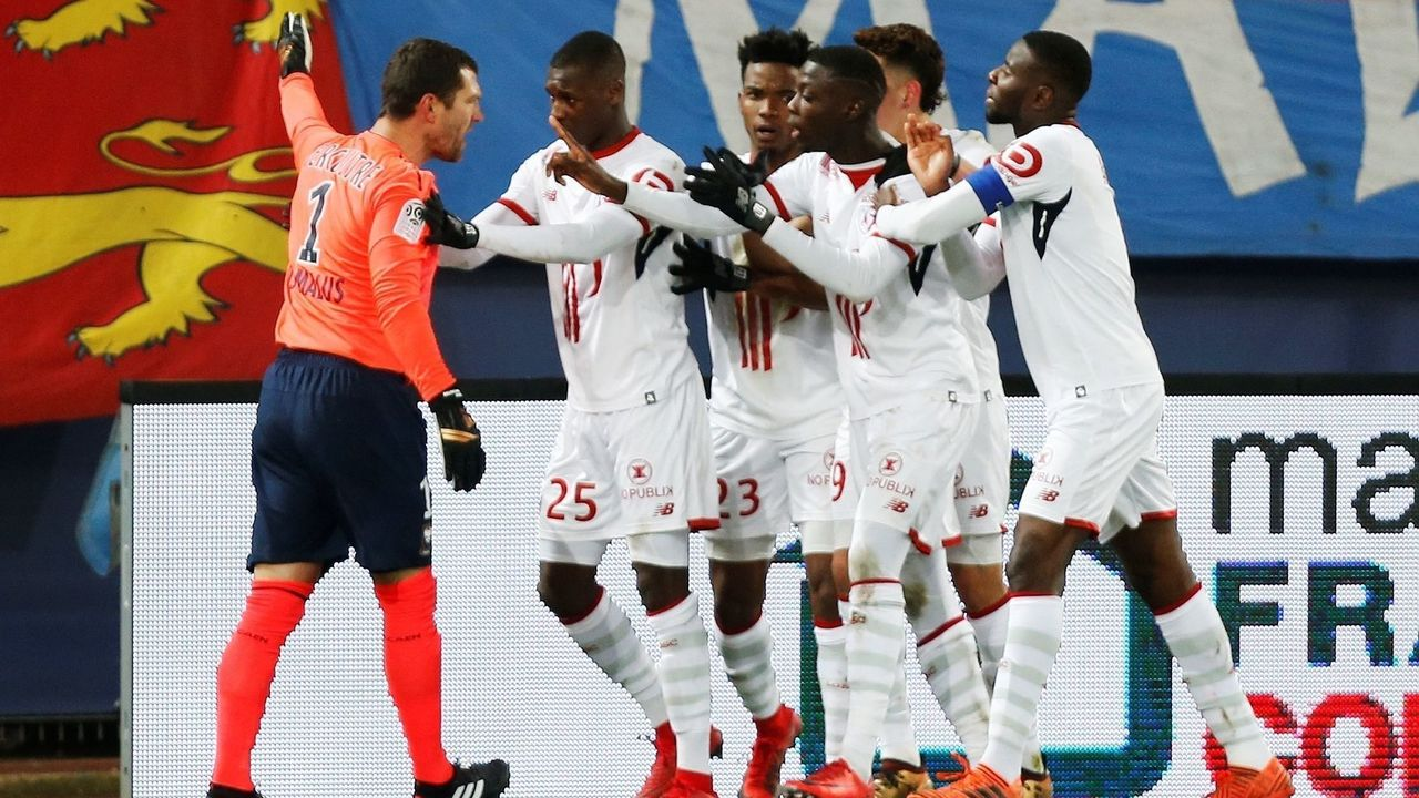 French goalkeeper Remy Vercoutre (L) argues with Lille's players after conceding a goal during the French L1 football match between Caen (SMC) and Lille (LOSC) on December 13, 2018, at the Michel d'Ornano stadium, in Caen, northwestern France. / AFP PHOTO / CHARLY TRIBALLEAU