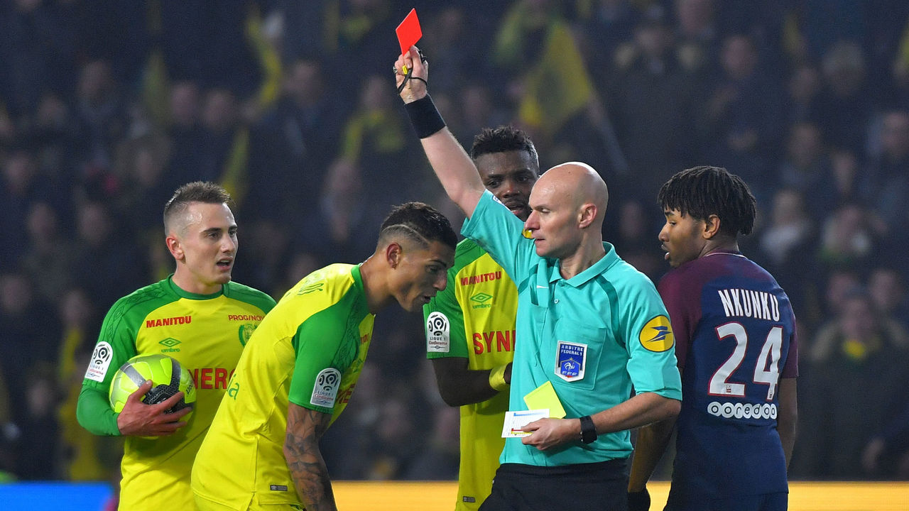Nantes' Brazilian defender Diego Carlos (2ndL) receives a red card from French referee Tony Chapron during the French L1 football match between Nantes and Paris Saint-Germain (Paris-SG) at the La Beaujoire stadium in Nantes, western France, on January 14, 2018. / AFP PHOTO / LOIC VENANCE