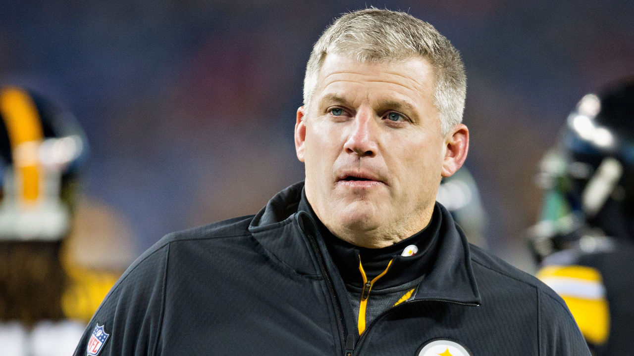 NASHVILLE, TN - NOVEMBER 17: Mike Munchak, offensive line coach for the Pittsburgh Steelers, looks on during the fourth quarter against the Tennessee Titans at LP Field on November 17, 2014 in Nashville, Tennessee. The Pittsburgh Steelers won 27-24.