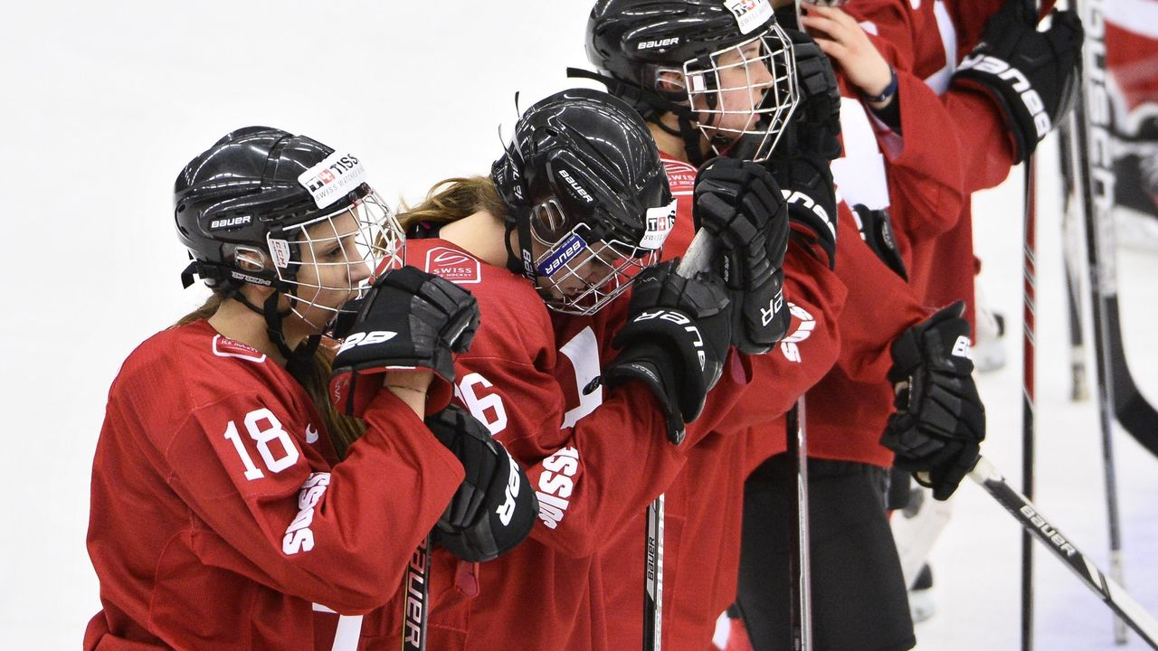 Swiss players reacts after the 2015 IIHF Ice Hockey Women's World Championship Quarter Final match between Finland and Switzerland at Malmo Isstadion in Malmo, Sweden, on April 1, 2015. AFP PHOTO / TT NEWS AGENCY / CLAUDIO BRESCIANI +++ SWEDEN OUT