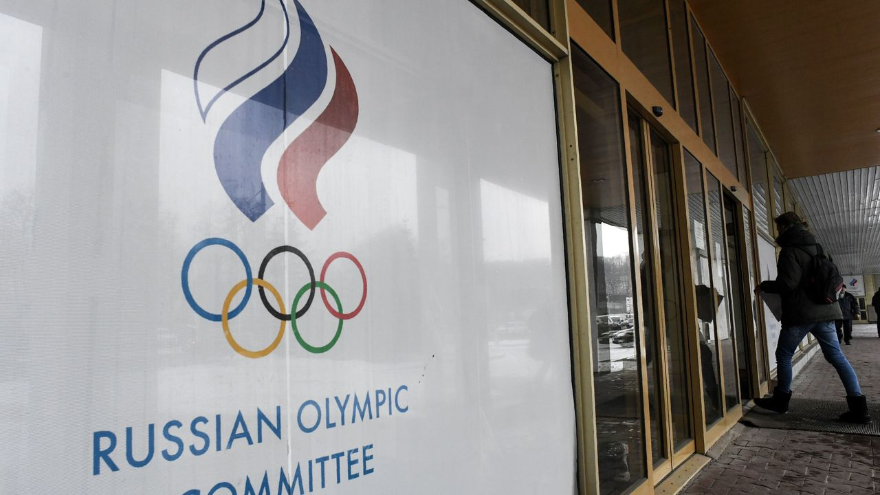A man enters the Russian Olympic Committee (ROC) building in Moscow on December 05, 2017. The International Olympic Committee (IOC) meets from Tuesday, December 5, 2017 to decide whether to bar Russia from the 2018 Winter Olympics for doping violations, in one of the weightiest decisions ever faced by the Olympic movement. / AFP PHOTO / Kirill KUDRYAVTSEV