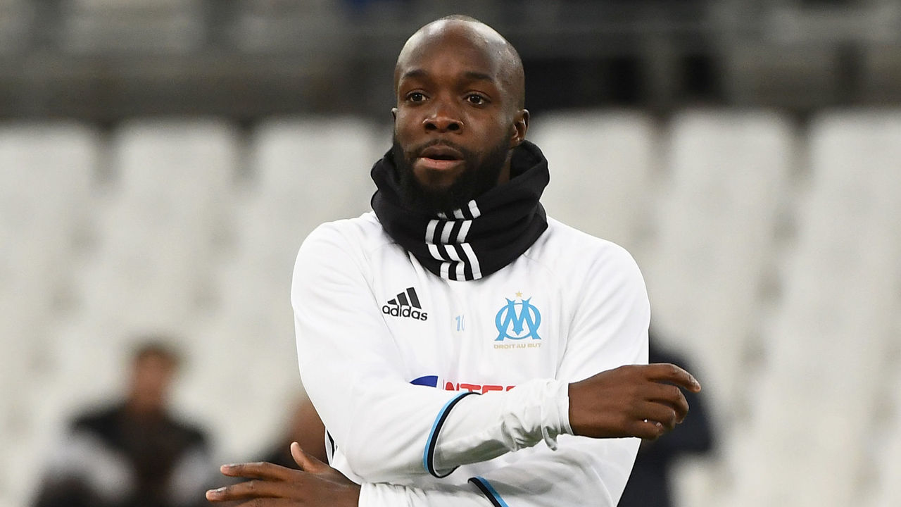 Olympique de Marseille's French midfielder Lassana Diarra warms up prior to the French Ligue 1 football match between Olympique de Marseille (OM) and Guingamp at the Velodrome stadium in Marseille on February 8, 2017. / AFP / BORIS HORVAT