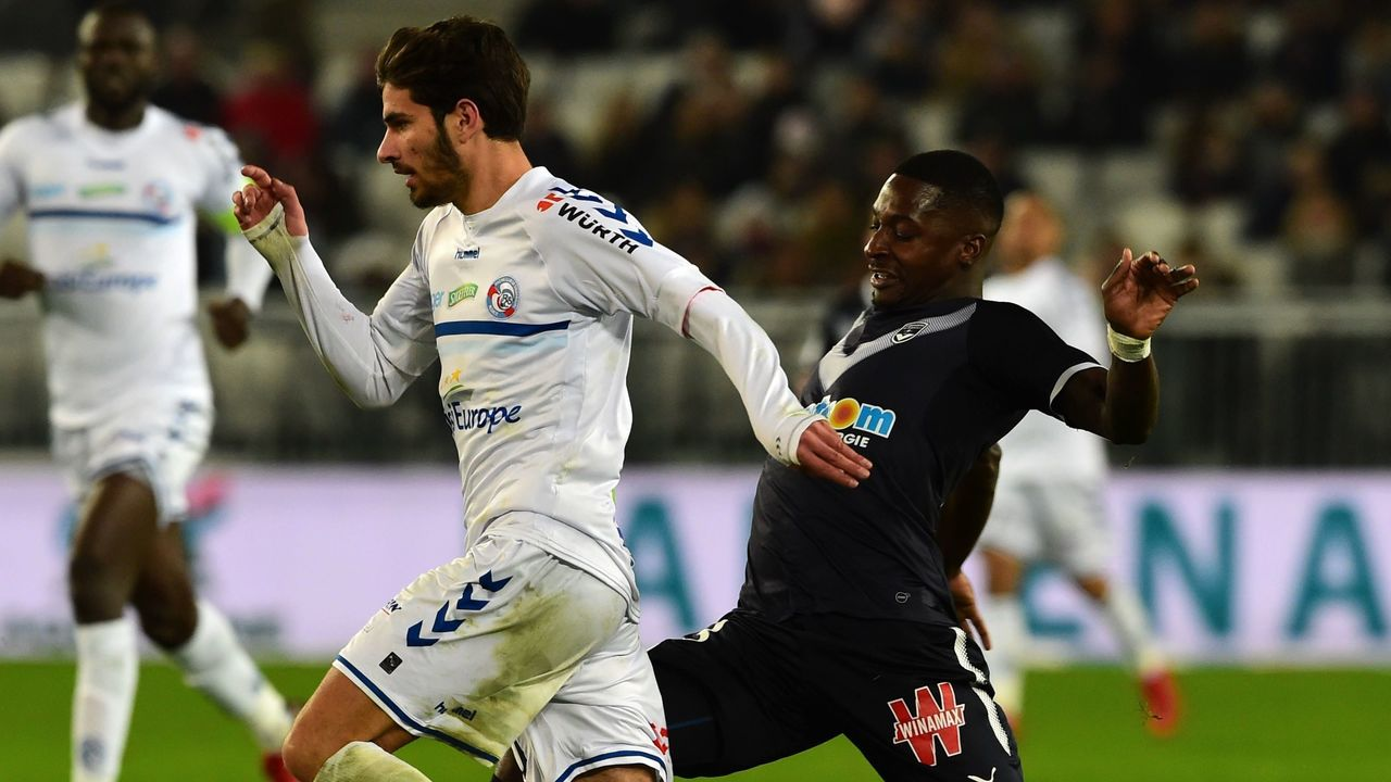 Strasbourg's French midfielder Martin Terrier (L) fights for the ball with Bordeaux's Senegalese midfielder Younousse Sankhare during the French Ligue 1 football match between Bordeaux and Strasbourg at The Matmut Atlantique Stadium in Bordeaux, southwestern France on December 8, 2017. / AFP PHOTO / NICOLAS TUCAT