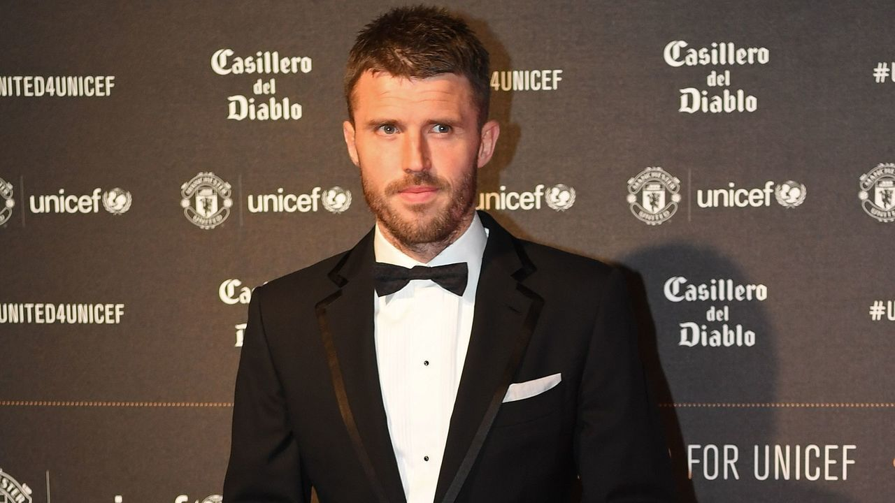 Manchester United's English midfielder Michael Carrick poses on the red carpet as he arrives to attend the 'United for UNICEF Gala Dinner' at Old Trafford in Manchester, north-west England, on November 15, 2017. / AFP PHOTO / Paul ELLIS