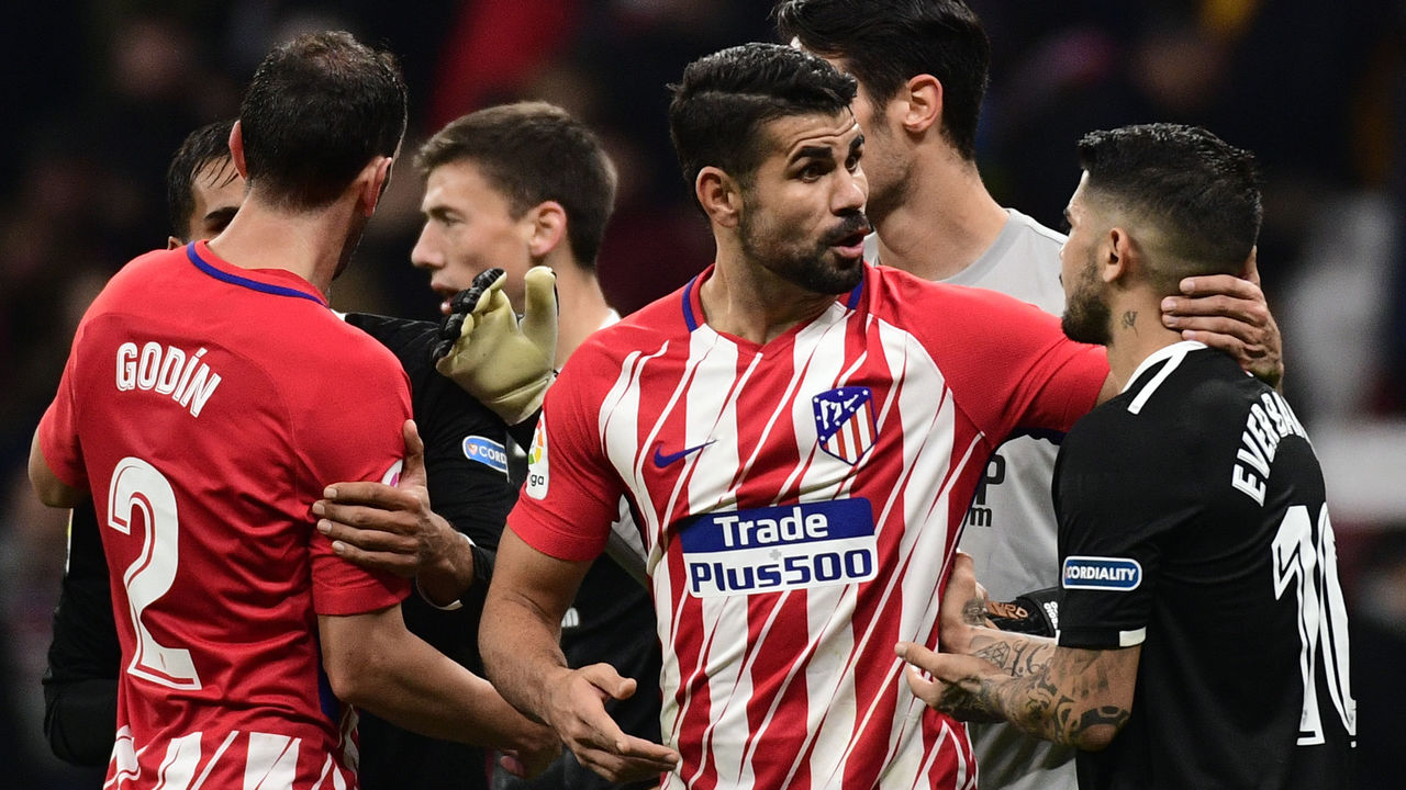 Atletico Madrid's Spanish forward Diego Costa cheers Sevilla's Argentinian midfielder Ever Banega (R) at the end of the Spanish 'Copa del Rey' (King's cup) football match between Club Atletico de Madrid and Sevilla FC at the Wanda Metropolitano stadium in Madrid on January 17, 2018. / AFP PHOTO / PIERRE-PHILIPPE MARCOU