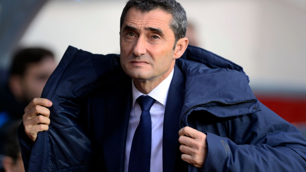 Barcelona's Spanish coach Ernesto Valverde puts on a coat before the Spanish league football match FC Barcelona vs Levante UD at the Camp Nou stadium in Barcelona on January 7, 2018. / AFP PHOTO / Josep LAGO
