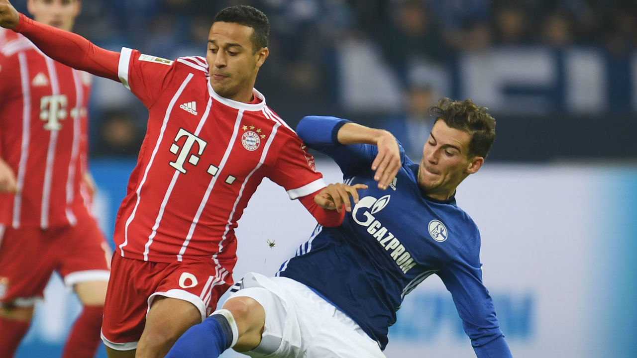 Schalke's midfielder Leon Goretzka (R) and Bayern Munich's Spanish midfielder Thiago Alcantara vie for the ball during the German First division Bundesliga football match between FC Schalke 04 and FC Bayern Munich in Gelsenkirchen, western Germany, on September 19, 2017. / AFP PHOTO / PATRIK STOLLARZ / RESTRICTIONS: DURING MATCH TIME: DFL RULES TO LIMIT THE ONLINE USAGE TO 15 PICTURES PER MATCH AND FORBID IMAGE SEQUENCES TO SIMULATE VIDEO. == RESTRICTED TO EDITORIAL USE == FOR FURTHER QUERIES PLEASE CONTACT DFL DIRECTLY AT + 49 69 650050