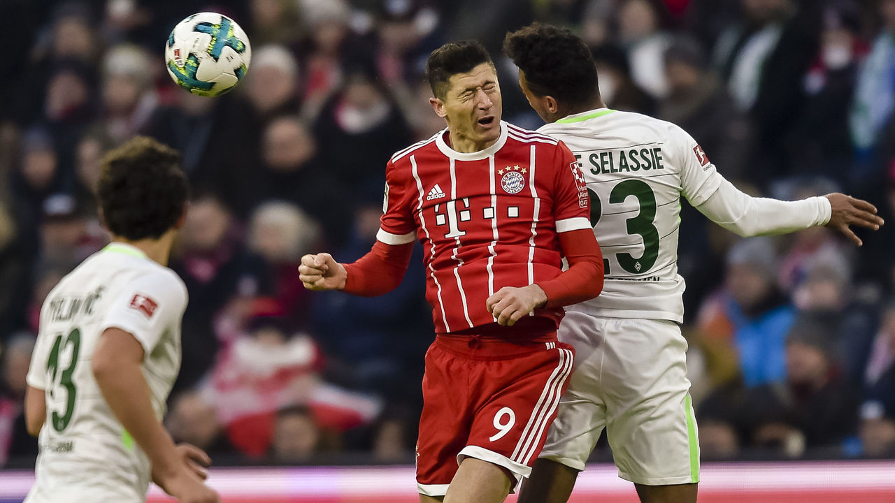 Bayern Munich's Polish striker Robert Lewandowski (C) vies with Bremen's Czech defender Theodor Gerbe Selassie during the German first division Bundesliga football match Bayern Munich vs Werder Bremen in Munich, southern Germany, on January 21, 2018. / AFP PHOTO / Guenter SCHIFFMANN / RESTRICTIONS: DURING MATCH TIME: DFL RULES TO LIMIT THE ONLINE USAGE TO 15 PICTURES PER MATCH AND FORBID IMAGE SEQUENCES TO SIMULATE VIDEO. == RESTRICTED TO EDITORIAL USE == FOR FURTHER QUERIES PLEASE CONTACT DFL DIRECTLY AT + 49 69 650050