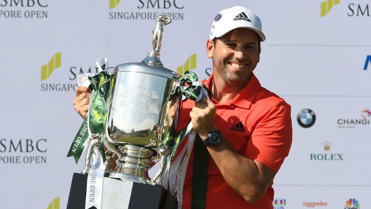 Sergio Garcia of Spain holds up the winner's trophy after his victory in the Singapore Open golf tournament at the Serapong golf course in Singapore on January 21, 2018. / AFP PHOTO / ROSLAN RAHMAN