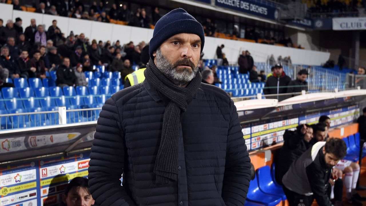 Toulouse's French head coach Pascal Dupraz looks on during the French L1 football match between Montpellier and Toulouse, on January 20, 2018 at the La Mosson Stadium in Montpellier, southern France. / AFP PHOTO / SYLVAIN THOMAS