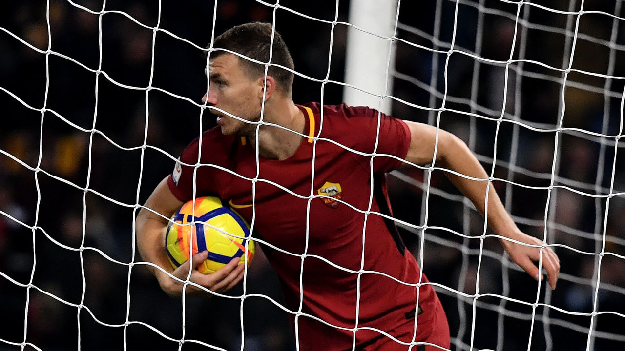 Roma's forward from Bosnia Edin Dzeko celebrates after scoring a goal during the Serie A football match between Roma and Atalanta at The Olympic stadium in Rome on January 6, 2018. / AFP PHOTO / TIZIANA FABI