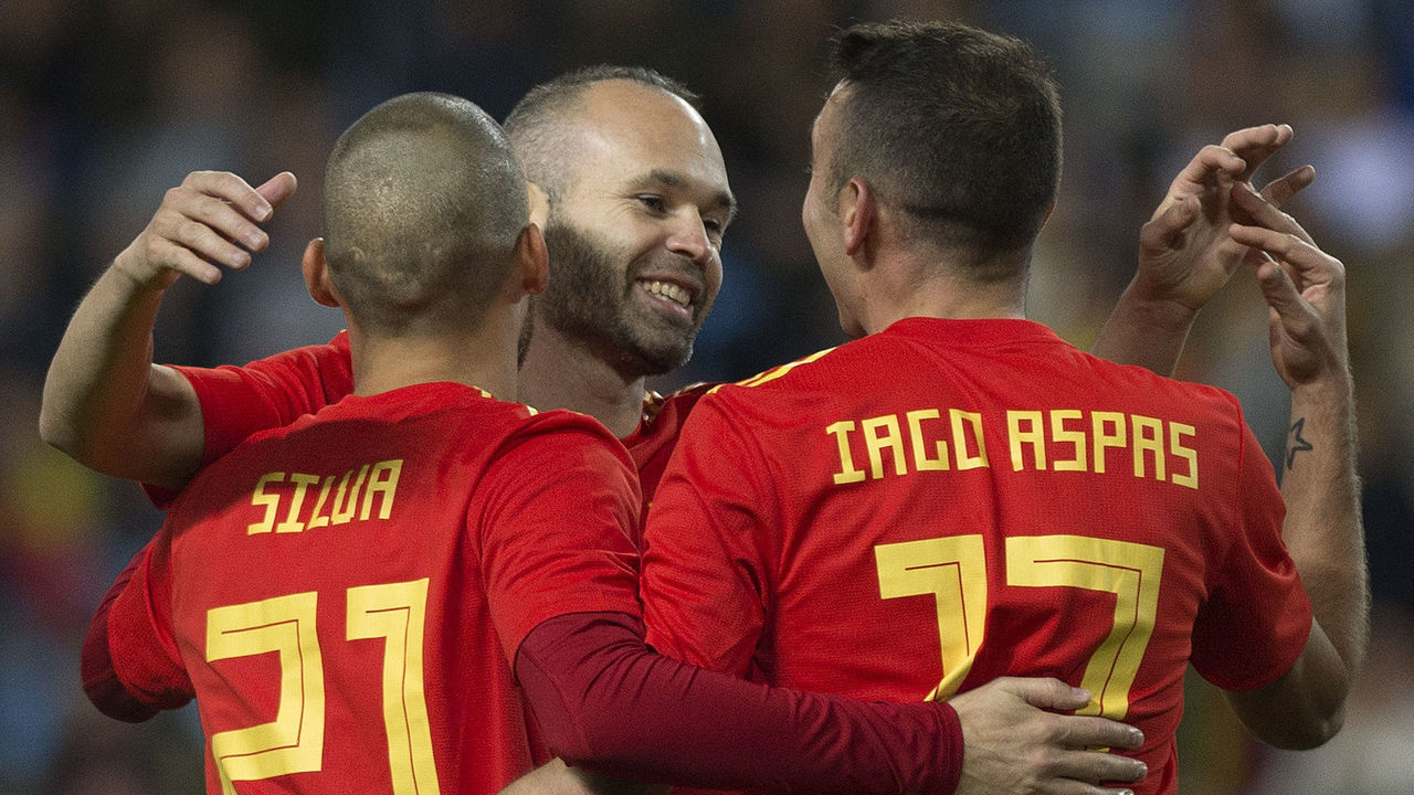 (FromL) Spain's midfielder David Silva celebrates with midfielder Andres Iniesta and forward Iago Aspas after scoring during the international friendly football match Spain against Costa Rica at La Rosaleda stadium in Malaga on November 11, 2017. / AFP PHOTO / JORGE GUERRERO