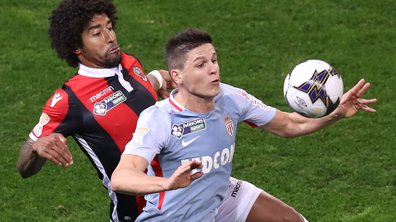 Monaco's Argentinian forward Guido Carrillo (R) fights for the ball with Nice's Brazilian defender Dante (L) during the French League Cup football match between Nice and Monaco at The 'Allianz Riviera' Stadium in Nice on January 9, 2018. / AFP PHOTO / VALERY HACHE