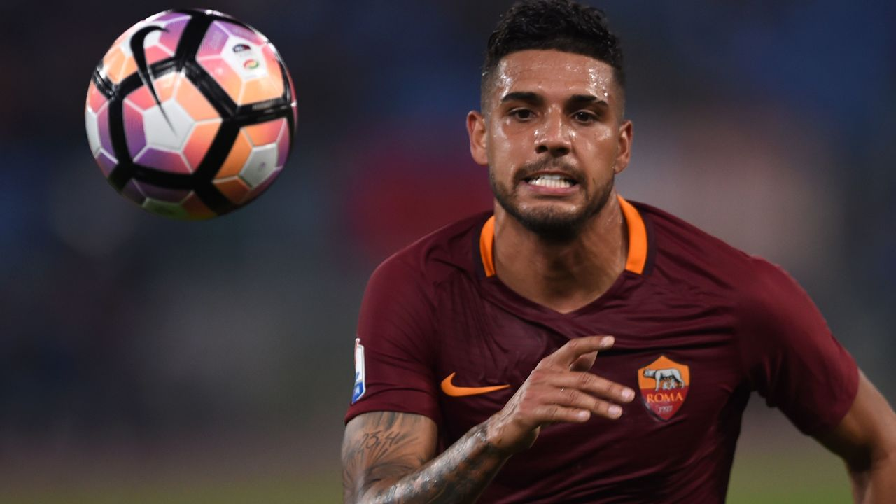 Roma's defender from Brazil Emerson Palmieri eyes the ball during the Italian Tim Cup second leg semi-final football match AS Roma vs Lazio on April 4, 2017 at the Olympic stadium in Rome. / AFP PHOTO / Filippo MONTEFORTE