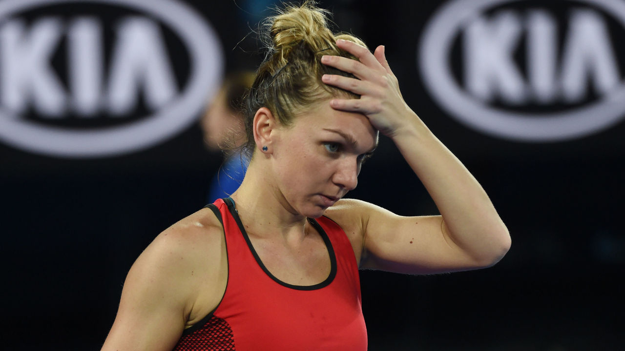 Romania's Simona Halep comes back onto court after the heat rule ended against Denmark's Caroline Wozniacki during their women's singles final match on day 13 of the Australian Open tennis tournament in Melbourne on January 27, 2018. / AFP PHOTO / GREG WOOD / -- IMAGE RESTRICTED TO EDITORIAL USE - STRICTLY NO COMMERCIAL USE --