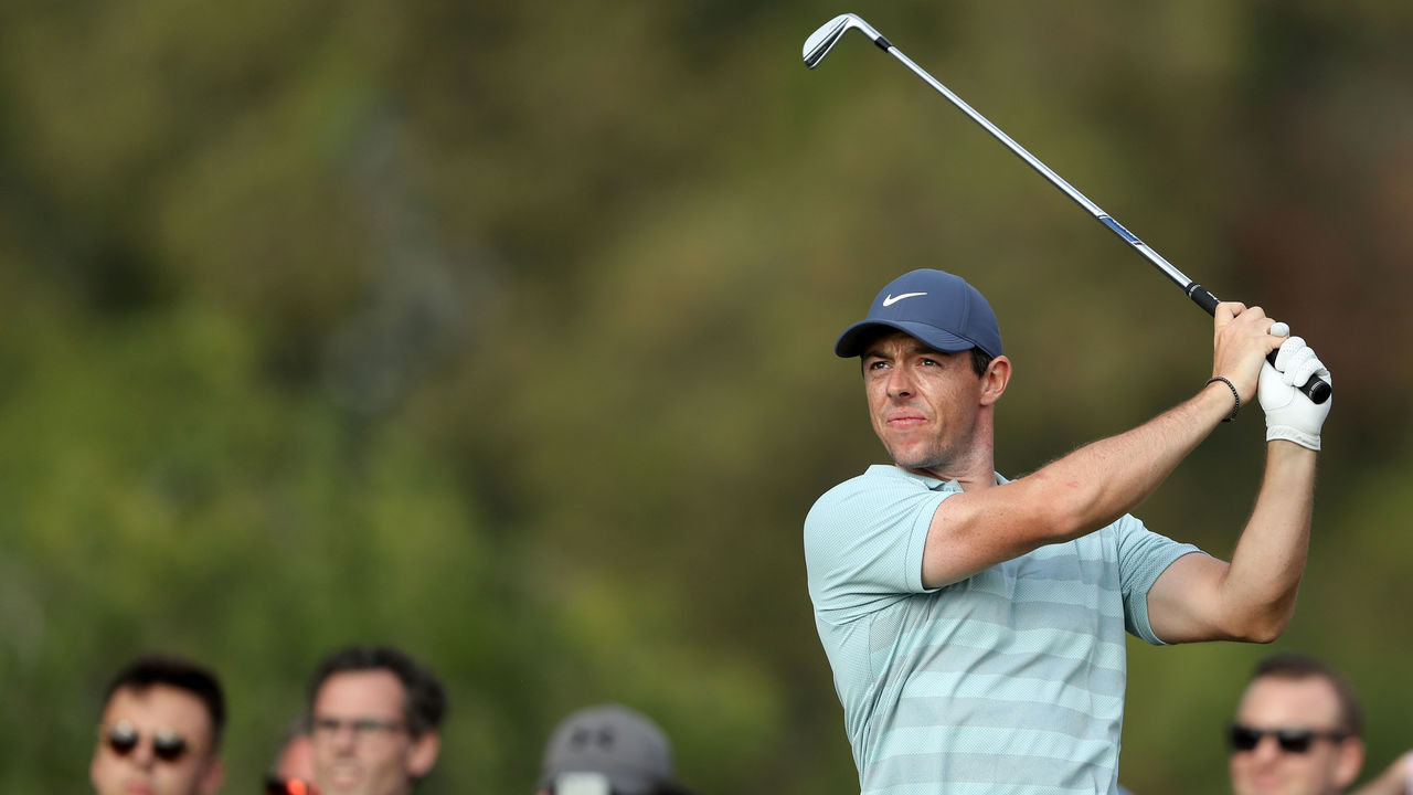 DUBAI, UNITED ARAB EMIRATES - JANUARY 28: Rory McIlroy of Northern Ireland plays his tee shot on the par 3, 15th hole during the final round of the Omega Dubai Desert Classic on the Majlis Course at Emirates Golf Club on January 28, 2018 in Dubai, United Arab Emirates.