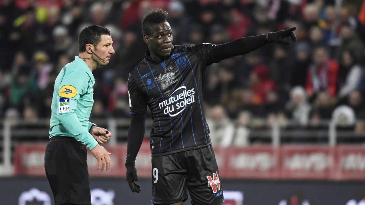 Nice's Italian forward Mario Balotelli (R) talks with French referee Nicolas Rainville (L) during the French L1 football match between Dijon (DFCO) and Nice (OGCN) on February 10, 2018, at the Gaston Gerard Stadium in Dijon, central France. / AFP PHOTO / PHILIPPE DESMAZES