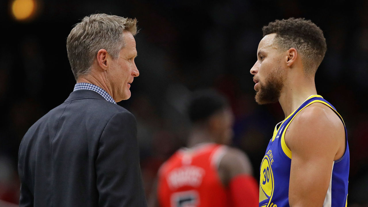 CHICAGO, IL - JANUARY 17: Head coach Steve Kerr of the Golden State Warriors talks with Stephen Curry #30 during agame against the Chicago Bulls at the United Center on January 17, 2018 in Chicago, Illinois. The Warriors defeated the Bulls 119-112.