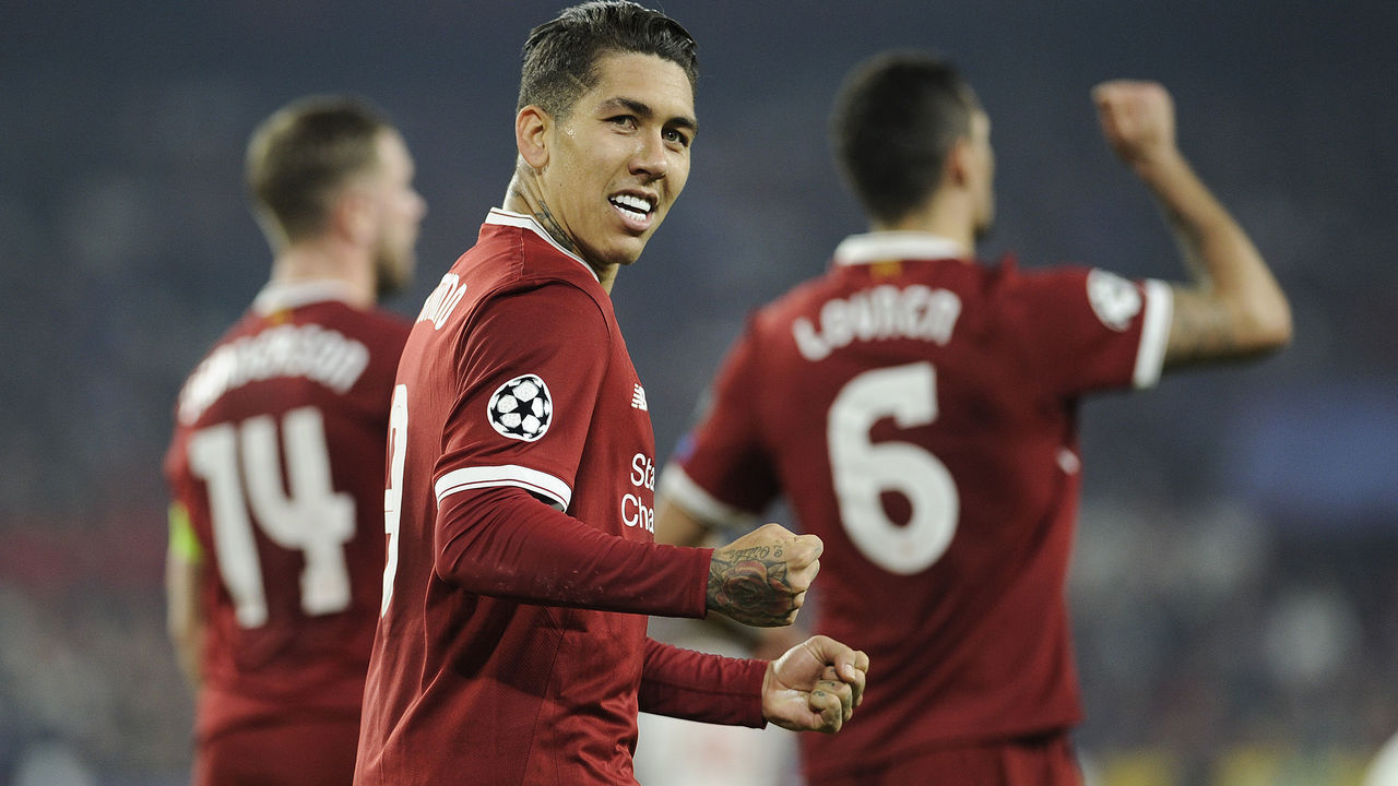 Liverpool's Brazilian midfielder Roberto Firmino celebrates after scoring a goal on November 21, 2017 at the Ramon Sanchez Pizjuan stadium in Sevilla during the UEFA Champions League group E football match between Sevilla FC and Liverpool FC. / AFP PHOTO / CRISTINA QUICLER