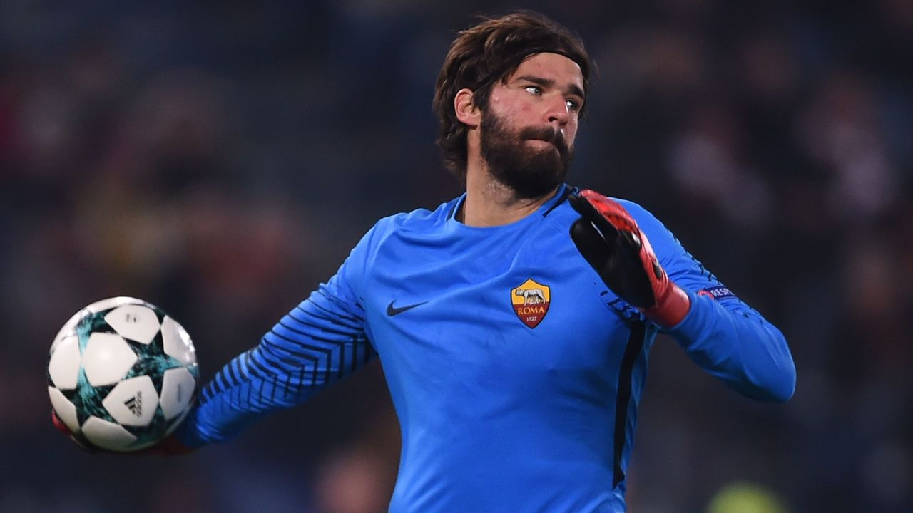 Roma's Brazilian goalkeeper Alisson throws the ball during the UEFA Champions League Group C football match AS Roma vs FK Qarabag on December 5, 2017 at the Olympic stadium in Rome. / AFP PHOTO / Filippo MONTEFORTE