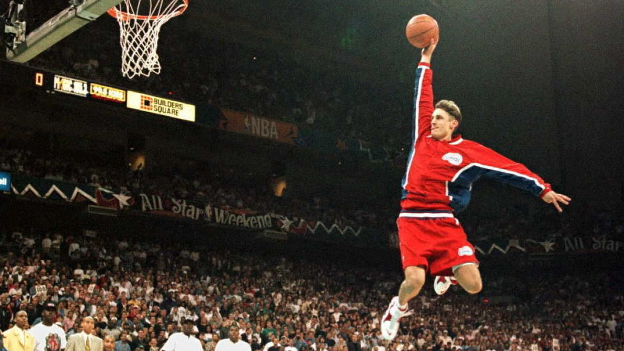 SAN ANTONIO, UNITED STATES: Brent Barry of the Los Angeles Clippers flies through the air toward the basket 10 February during the NBA slam-dunk contest at the Alamodome in San Antonio, Texas. Berry beat out Michael Finley and Greg Minor in the finals. AFP PHOTO Jeff HAYNES