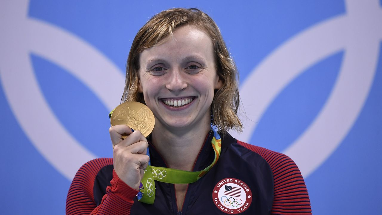 USA's Katie Ledecky poses with her gold medal on the podium of the Women's 800m Freestyle Final during the swimming event at the Rio 2016 Olympic Games at the Olympic Aquatics Stadium in Rio de Janeiro on August 12, 2016. / AFP PHOTO / GABRIEL BOUYS