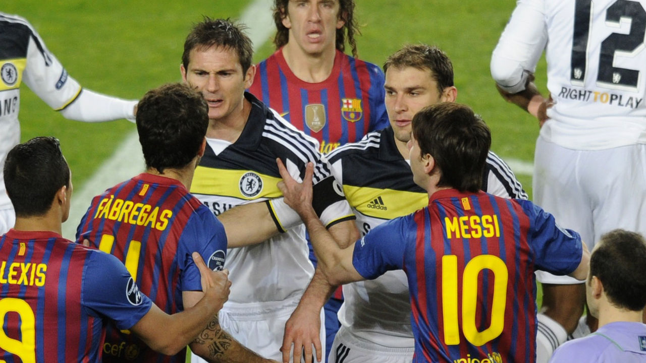 Barcelona's midfielder Cesc Fabregas (2L) has a heated moment with Chelsea's midfielder Frank Lampard (C) during the UEFA Champions League second leg semi-final football match Barcelona against Chelsea at the Cam Nou stadium in Barcelona on April 24, 2012. AFP PHOTO / PIERRE-PHILIPPE MARCOU