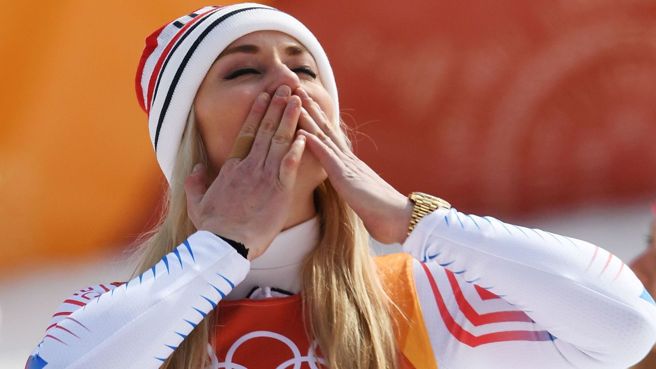 USA's Lindsey Vonn blows a kiss during the victory ceremony of the women's Downhill at the Jeongseon Alpine Center during the Pyeongchang 2018 Winter Olympic Games on February 21, 2018 in Pyeongchang. / AFP PHOTO / FRANCOIS XAVIER MARIT