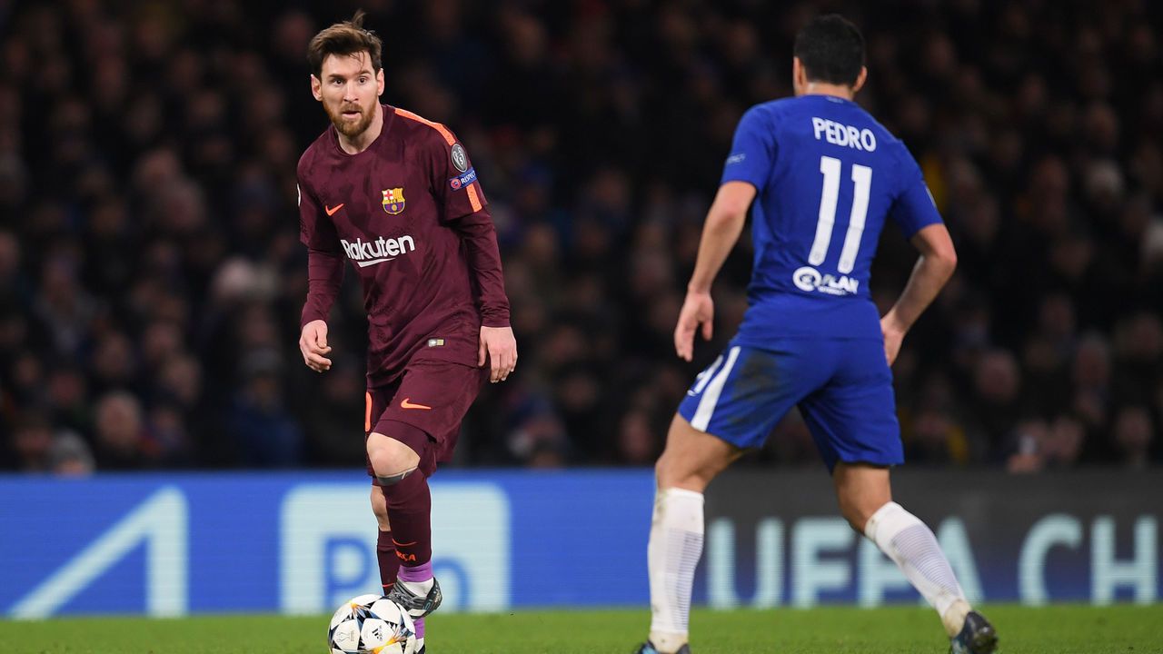 LONDON, ENGLAND - FEBRUARY 20: Lionel Messi of Barcelona is challenged by ex-team mate Pedro of Chelsea during the UEFA Champions League Round of 16 First Leg match between Chelsea FC and FC Barcelona at Stamford Bridge on February 20, 2018 in London, United Kingdom.