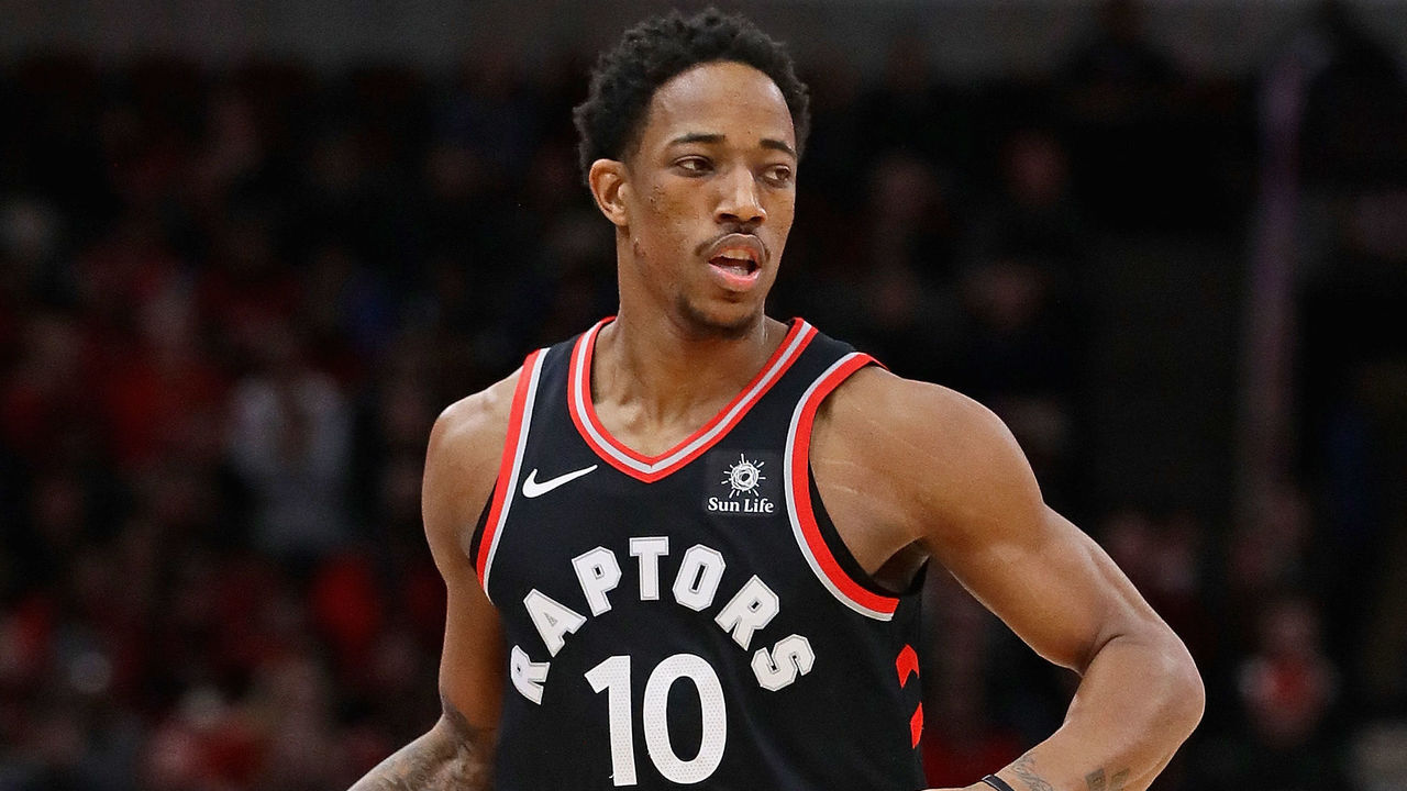 CHICAGO, IL - JANUARY 03: DeMar DeRozan #10 of the Toronto Raptors brings the ball up the court against the Chicago Bulls at the United Center on January 3, 2018 in Chicago, Illinois. The Raptors defeated the Bulls 124-115.