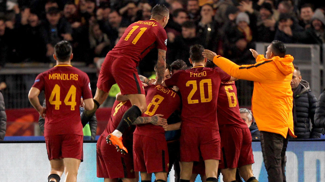 ROME, ITALY - MARCH 13: Edin Dzeko and his teammates of AS Roma celebrate after scoring the opening goal during the UEFA Champions League Round of 16 Second Leg match between AS Roma and Shakhtar Donetsk at Stadio Olimpico on March 13, 2018 in Rome, Italy.