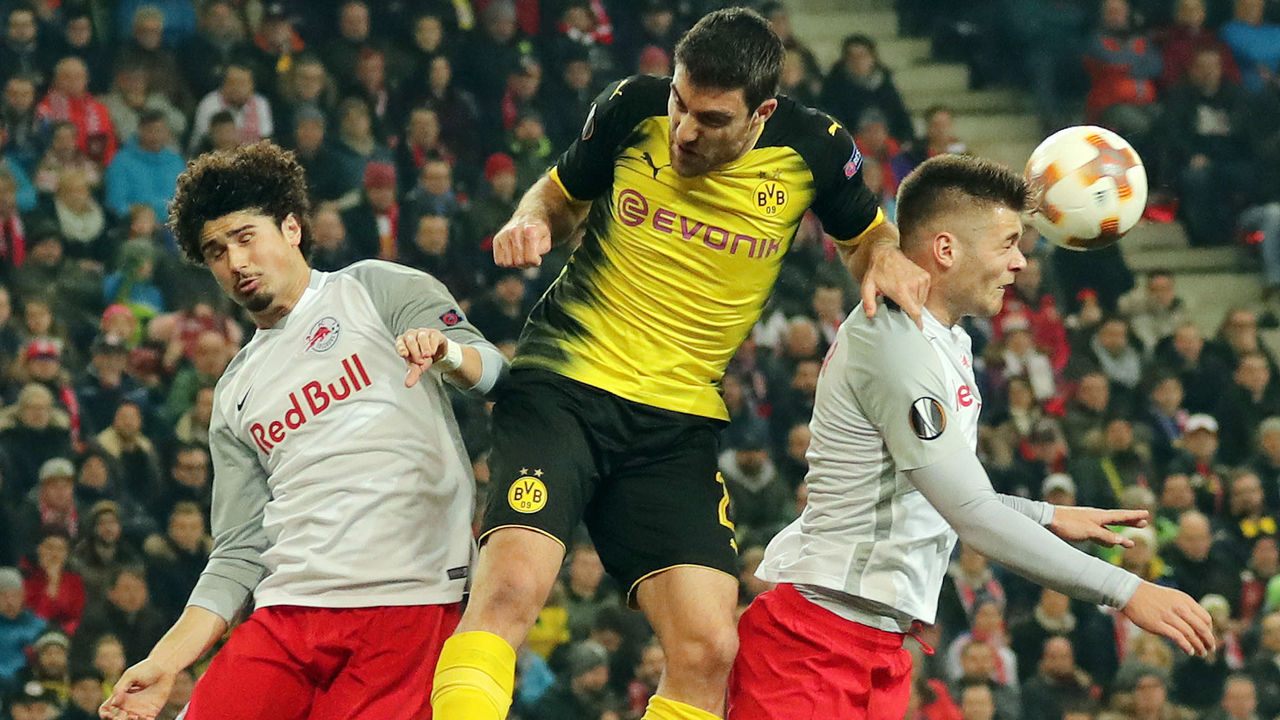 (L to R) Salzburg's Andre Ramalho, Dortmund's Greek defender Sokratis and Salzburg's Duje Caleta-Car vie for the ball during the Europa League Round of 16 second leg football match between FC Salzburg and Borussia Dortmund in Salzburg, Austria, on March 15, 2018. / AFP PHOTO / APA / KRUGFOTO / Austria OUT